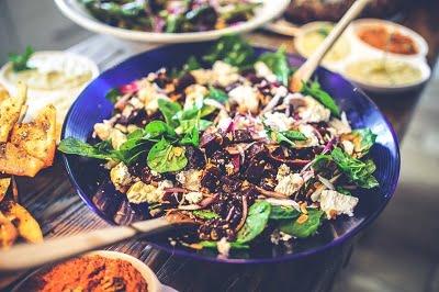 5 smakelijke eiwitrijke maaltijdsalades!