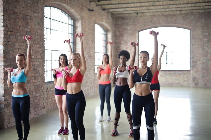 Groepslessen in de sportschool: de voor- en nadelen!