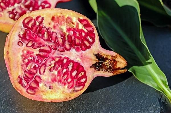 Hoe eet je een granaatappel?
