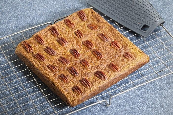 Zoete pompoenplaatcake met pecannoten